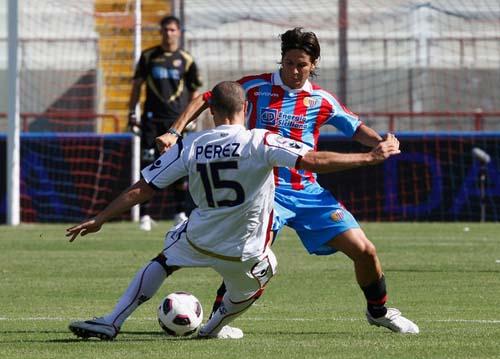 Contrasto Biagianti-Perez nel match del settembre 2010 (Foto M.Lagana)