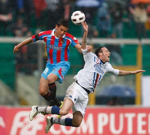 Scontro Bergessio-Mannini nel match del 13 marzo 2011 vinto dal Catania. (Foto: M.Lagana)