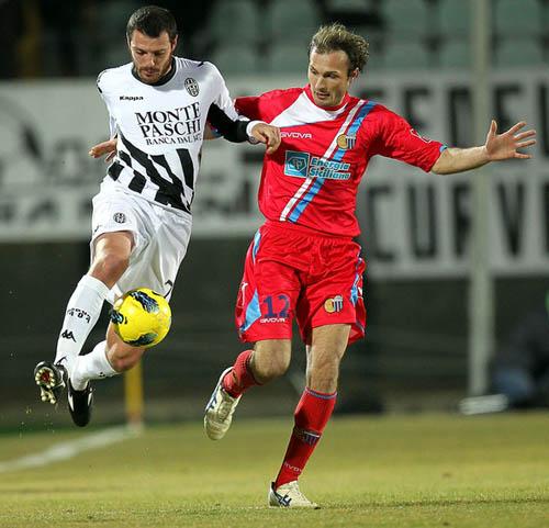 22 febbraio 2012: duello Marchese-Giorgi nel match vinto dal Catania a Siena (Foto G.Maltinti)