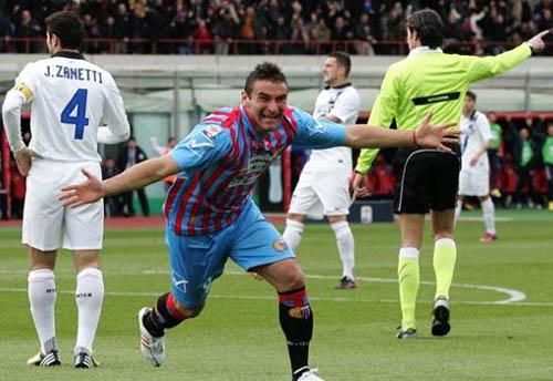 Bergessio porta in vantaggio il Catania (LAPRESSE)