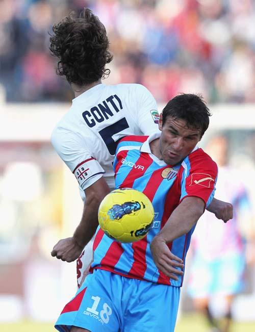 Contasto Bergessio-Conti nel match del dicembre 2011 (Foto M.Lagana)