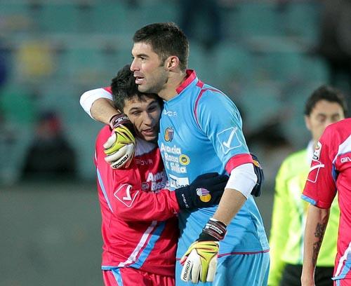 Andujar abbraccia Castro dopo il gol nel match di andata (G.Maltinti)