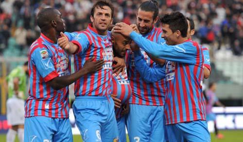 Almiron festeggiato: doppietta nel match della scorsa stagione